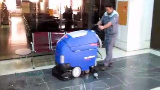 نظافت سالن انتظار در پایانه ها با اسکرابر  - Cleaning the waiting room at the terminal with scrubbers
