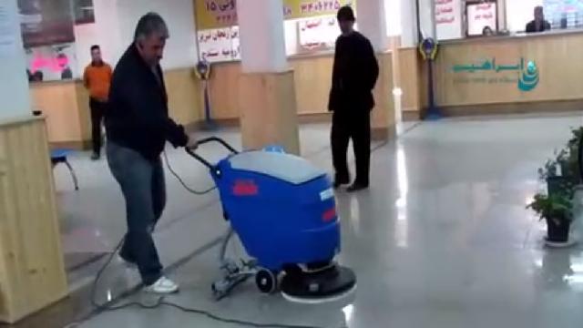شستشوی کف سالن ها در پایانه ها با اسکرابر  - Wash the floor in the terminals with scrubbers