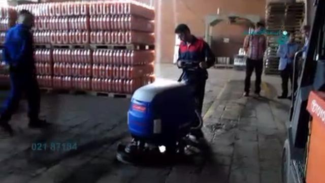 شستشوی سطوح انبار با استفاده از اسکرابر دستی  - Wash the surfaces of the warehouse using scrubber