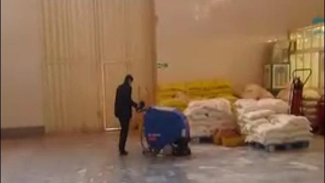 نظافت سریع و موثر سطوح کف با اسکرابر  - Quick and effective cleaning of floor surfaces with scrubbers
