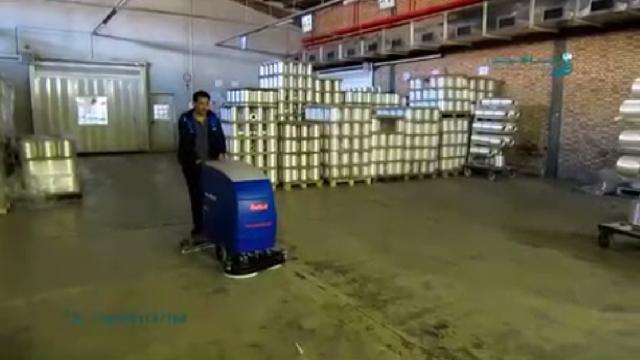 حذف آلودگی های کف انبار با اسکرابر دستی  - Removing dirt floor contamination with scrubber
