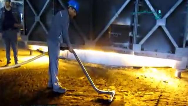 جمع آوری ضایعات کارخانه فولاد با مکنده صنعتی  - Collecting scrap steel plant with industrial vacuum