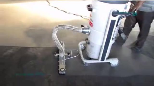 تمیز کردن رد لیفتراک با جاروبرقی صنعتی  - Cleaning trace of forklift with industrial vacuum cleaner