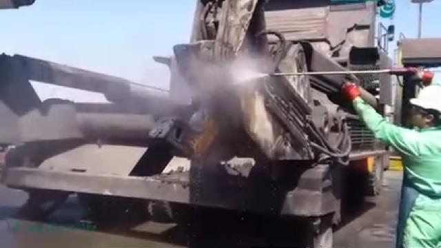 شستشوی ماشین آلات سنگین با واترجت  - Washing heavy machinery with high pressure