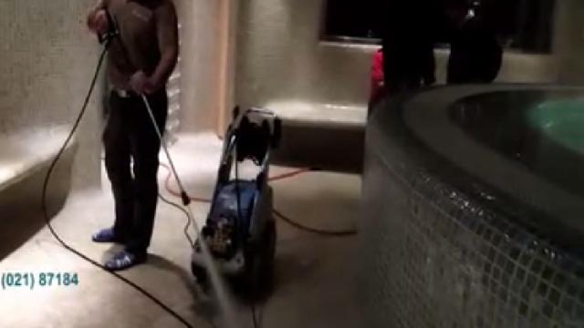 نظافت استخر با واترجت  - cleaning pool by pressure cleaner