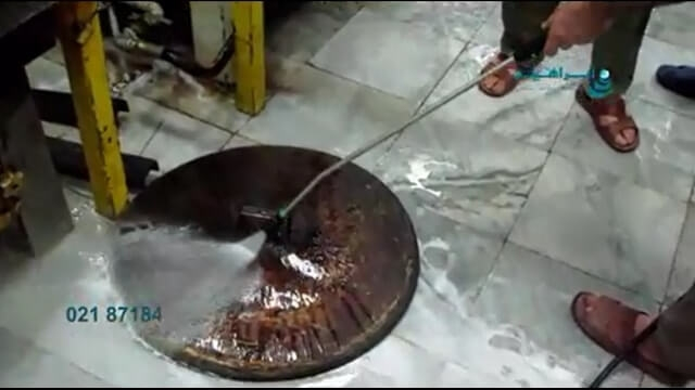 شستشوی درب دیگ در آشپزخانه به وسیله دستگاه واترجت   - Wash the pot in the kitchen by industrial pressure washer