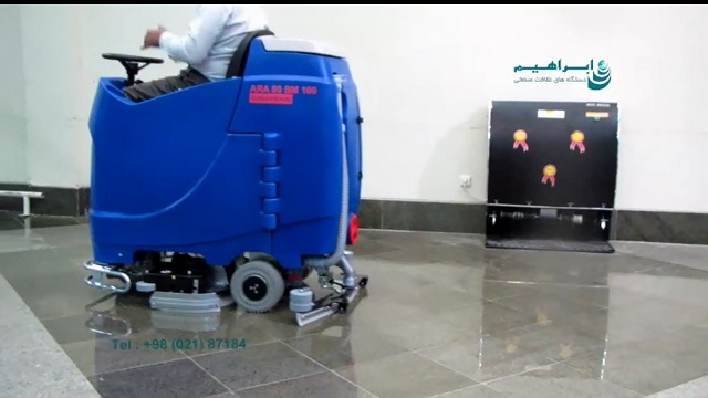 شسستن سالن های انتظار فرودگاه با اسکرابر سرنشین دار  - cleaning the floor in the airport by ride-on scrubber