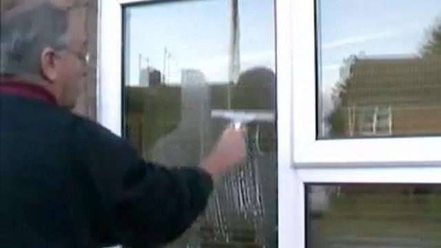 خشک کردن شیشه پس از شستشو با ست تی شیشه شوی  - dry the window with window squeegee