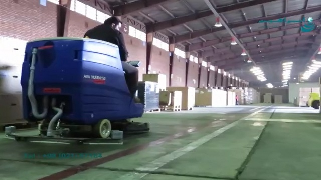 سرعت بالای عملیات شستشوی کف انبار با اسکرابر  - High speed on washing the floor of the warehouse with scrubber