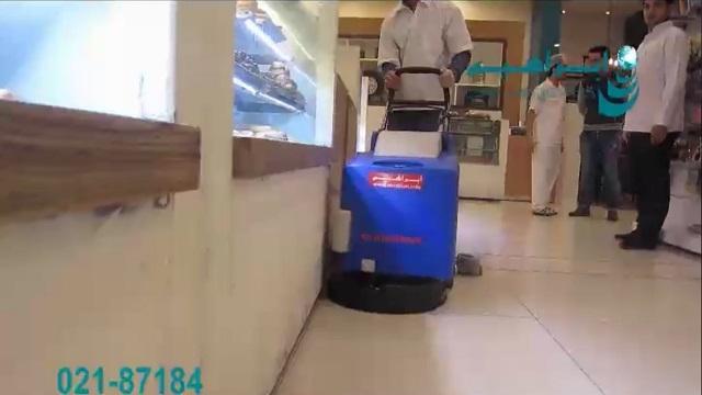 کاربرد کفشوی باتری دار در شستشوی کف شیرینی فروشی  - battery-powered scrubber in bakery