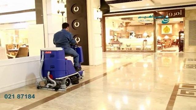شستشوی کف مجتمع تجاری با اسکرابر صنعتی  - Washing the floor of a commercial complex with industrial scrubbers