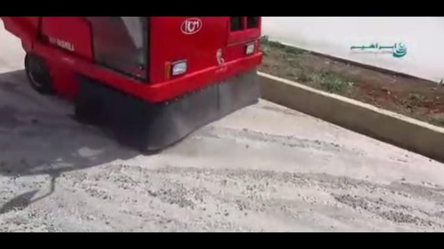 نظافت سطح غبار آلود شهر با استفاده از سوییپر صنعتی  - Cleaning dusty surface of city using industrial sweeper