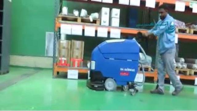 نظافت انبار با اسکرابر دستی  - Scrubber Cleaning Warehouse