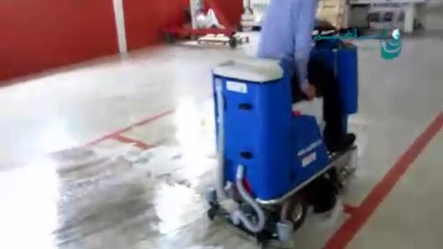 شستشوی سطح پوشیده شده با اپوکسی با اسکرابر  - Wash the epoxy surface covered with scrubber