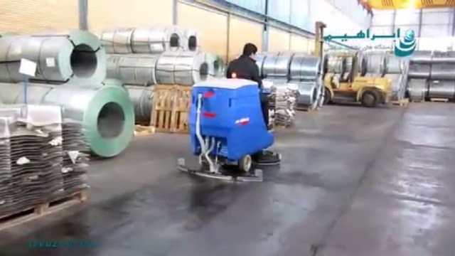 شستشوی کف انبار نگهداری تجهیزات صنعتی با اسکرابر  - clean the floor of the warehouse by a scrubber