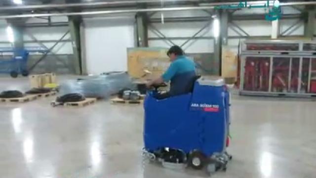 نظافت سطوح کف در انبار با اسکرابر  - Cleaning floor surfaces in the barn with scrubbers