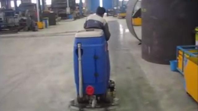 شستن کف سوله با اسکرابر سرنشین دار  - cleaning the floor of the warehouse by scrubber dryer