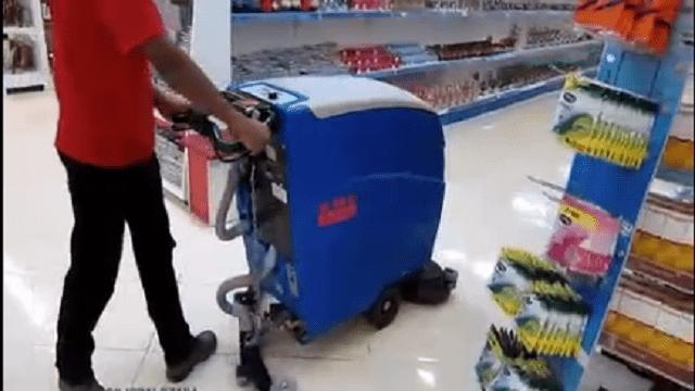 شستشوی راهرو های فروشگاه با اسکرابر دستی  - Washing the store corridors with walk behind scrubbers