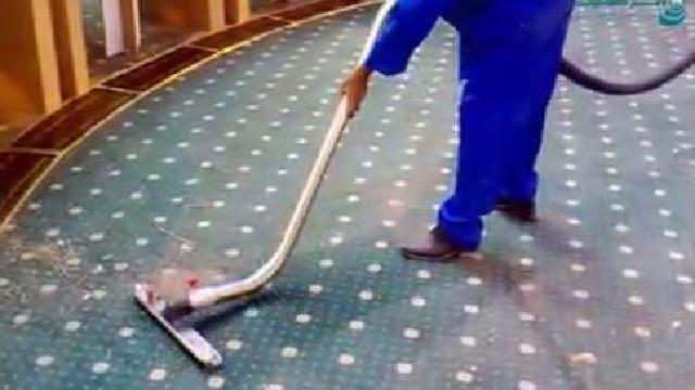 استفاده از جاروبرقی صنعتی جهت نظافت سالن همایش  - Use of industrial vacuum cleaner to clean conference hall