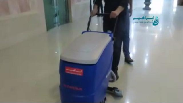 استفاده از اسکرابر برای شستشو کف لابی  - Use the scrubber to wash the lobby floor