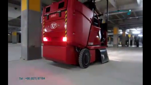 نظافت پارکینگ بوسیله سوییپر مجهز به سیستم تخلیه مخزن هیدرولیکی  - cleaning the parking by a floor sweeper equipped with a hydraulic hopper drain