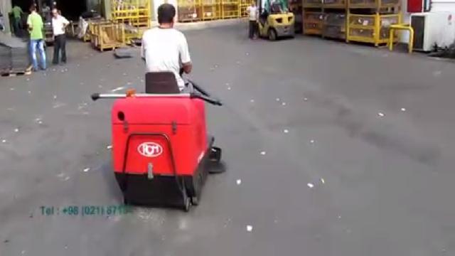 نظافت محوطه بیرونی انبار با سوییپر  - cleaning outside areas with sweeper