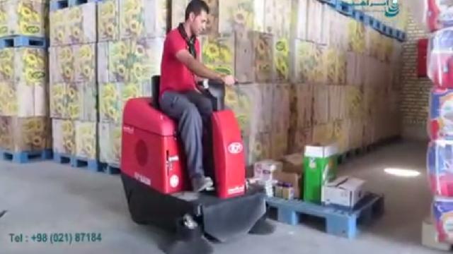 جمع آوری گرد و خاک انبار با سوییپر  - Collecting dust warehouse with sweeper