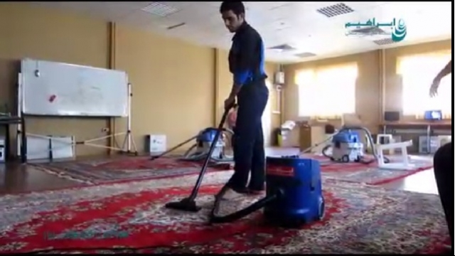 نظافت فرش با جاروبرقی صنعتی  - cleaning carpet with vacuum cleaner