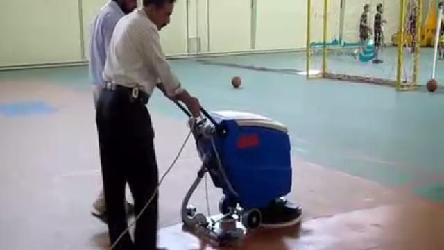 شستشوی کف مجموعه ورزشی با اسکرابر  - Floor cleaning sports complex with scrubbers