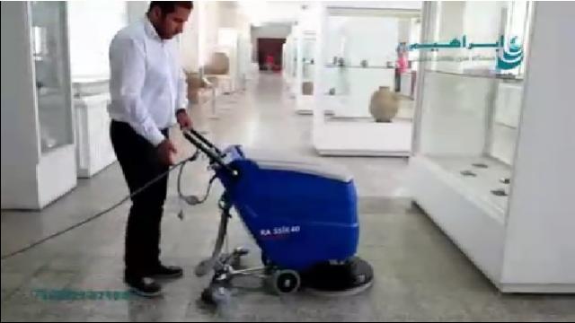 شستشوی کف پوش ها در موزه با اسکرابر  - Washing the floorboards in the museum with a scrubber